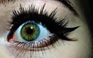 eye makep causes eye damage false eyelashes