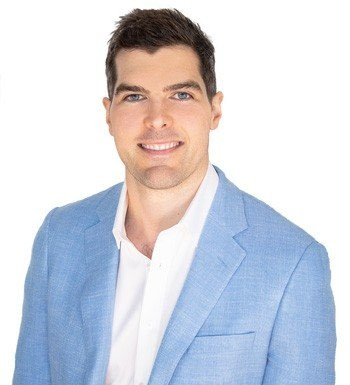 Dr Nick Andrew, ophthalmologist Gold coast. Cataract and glaucoma surgery wearing sports jacket.